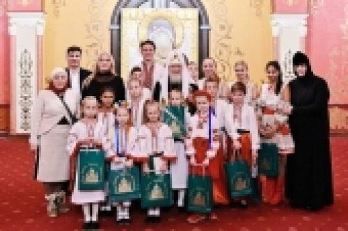 Предстоятель Русской Церкви встретился с юными паломниками с Украины