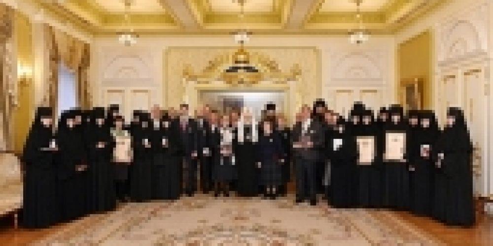 Святейший Патриарх Кирилл вручил награды сотрудникам Московской Патриархии, отмечающим памятные даты