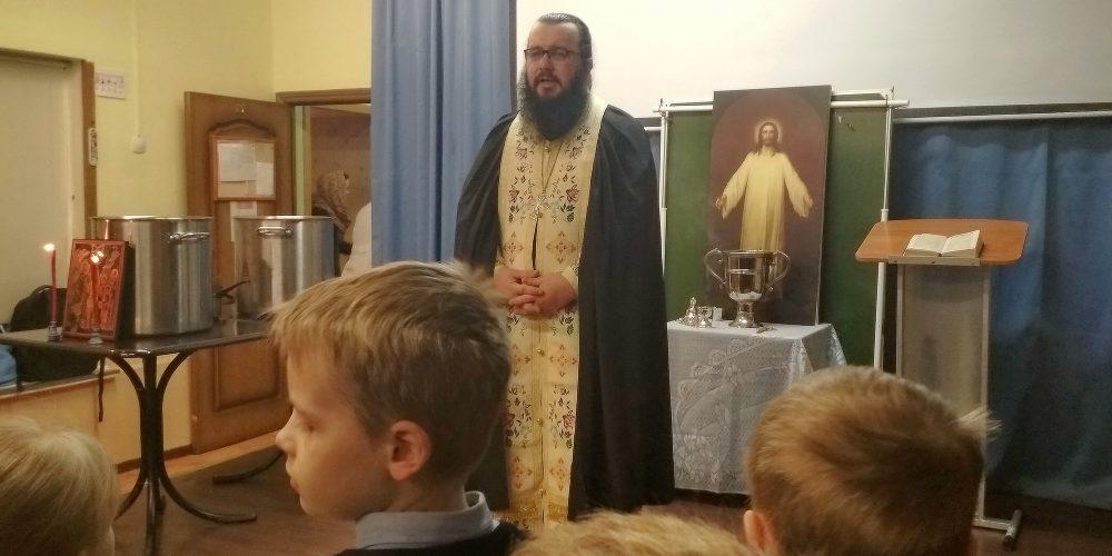 Праздничный Молебен с Великим Освящением воды в актовом зале православной школы «Знак»