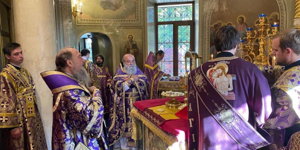 Митрополит Александр совершил Литургию в храме Представительства Православной Церкви Казахстана в Москве
