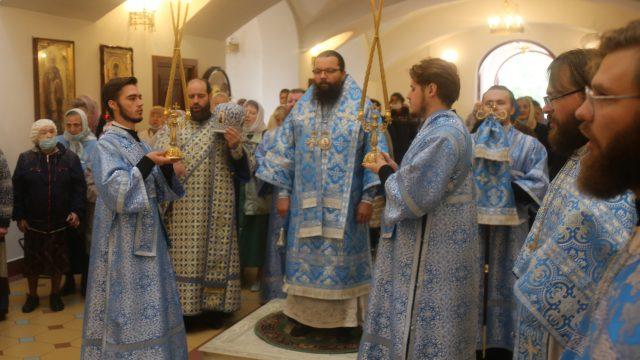 В день престольного праздника Архиепископ Егорьевский Матфей возглавил Божественную литургию в храме иконы Божией Матери «Неопалимая Купина» в Отрадном