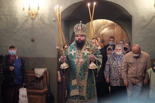 Божественная литургия в храме Живоначальной Троицы в Останкино