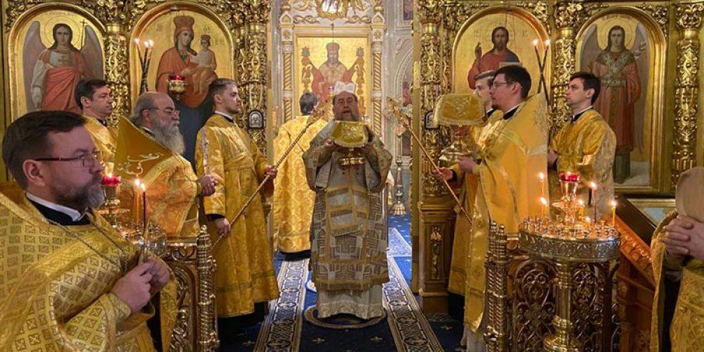 Митрополит Астанайский Александр совершил Литургию и заупокойную литию в храме на Миусском кладбище