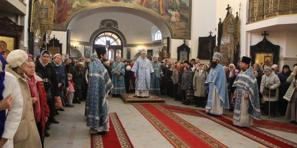 Божественная литургия в храме Воскресения Христова в Сокольниках