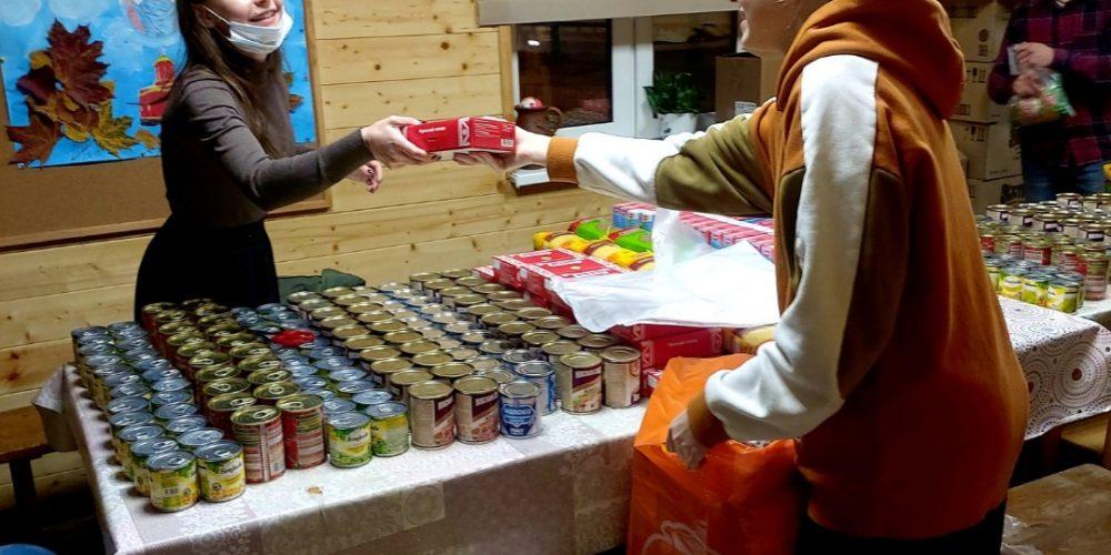 Волонтеры молодежного центра при храме иконы Божией Матери «Отрада и Утешение» в Ярославском повторно провели акцию «Продукты в помощь»