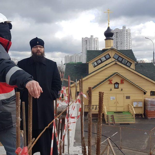 Архиепископ Егорьевский Матфей посетил строящийся храм Воскресения Словущего в Марьинском парке г. Москвы