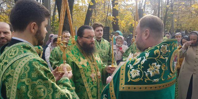 В день престольного праздника Архиепископ Егорьевский Матфей возглавил Божественную литургию в храме Троицы Живоначальной на Пятницком кладбище