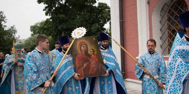 Праздничное богослужение в храме Тихвинской иконы Божией Матери в Алексеевском