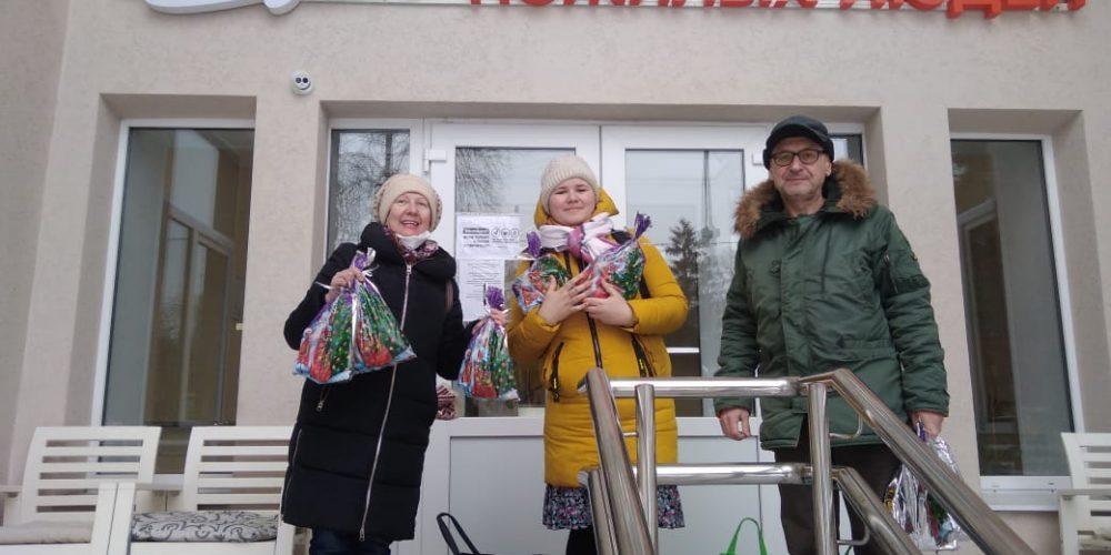 Волонтеры храма Живоначальной Троицы поздравили своих подопечных в социальных учреждениях