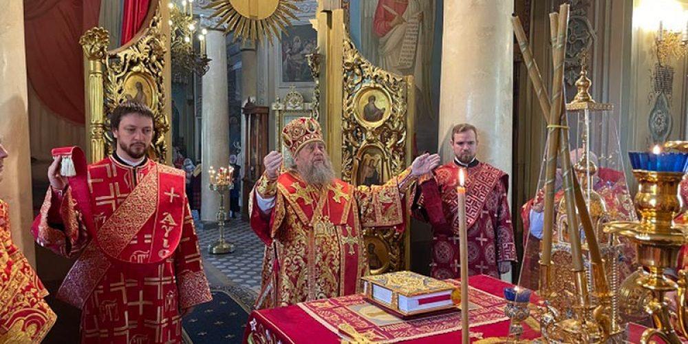 В день Радоницы митрополит Астанайский Александр совершил Литургию в храме на Миусском кладбище