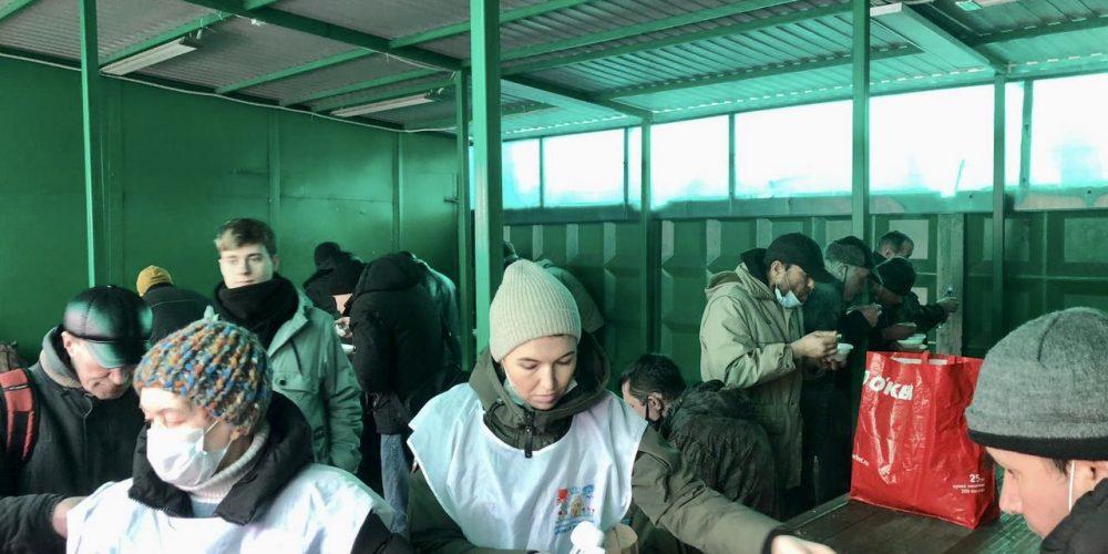 Молодежный актив храма Святителя Макария (Невского) в Бутырском поучаствовал в кормлении бездомных