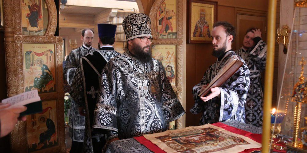 Архиепископ Егорьевский Матфей совершил Литургию в храме святителя Макария, митрополита Московского и всея Руси в Лосиноостровской