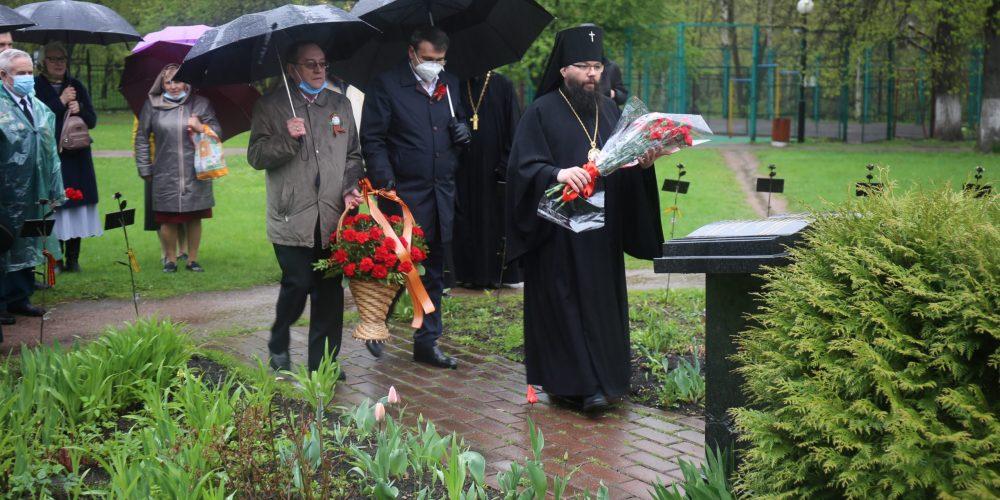 Возложение цветов к мемориальной композиции  в Усадьбе Свиблово