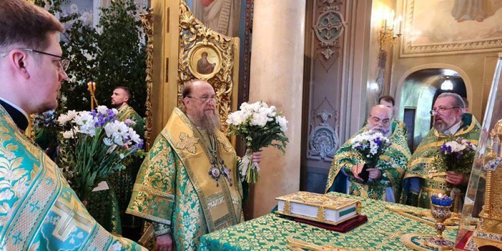 В праздник Святой Троицы глава Казахстанского митрополичьего округа совершил Литургию в храме на Миусском кладбище