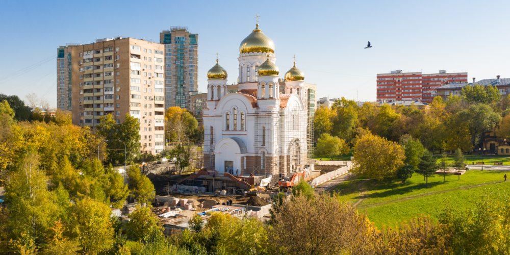 Завершается строительство храма Святых равноапостольных Мефодия и Кирилла на пересечении улиц Малахитовая и Бажова