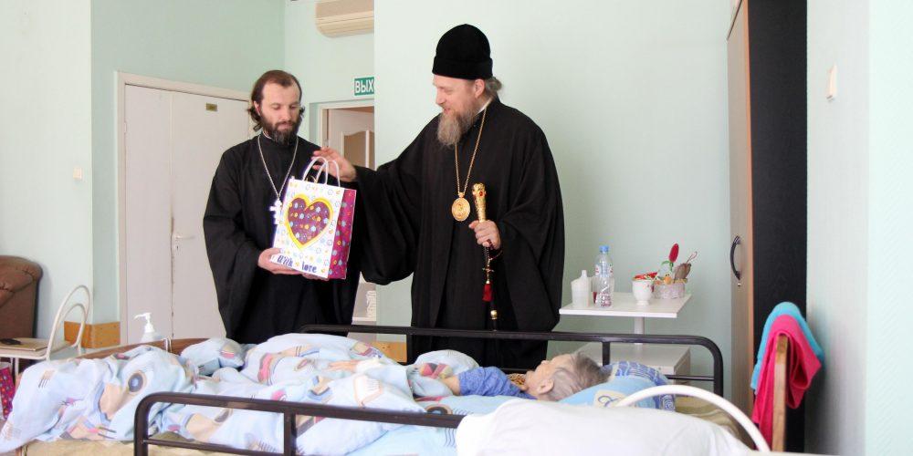 Епископ Иоанн поделился пасхальной радостью с персоналом и пациентами хосписа № 4