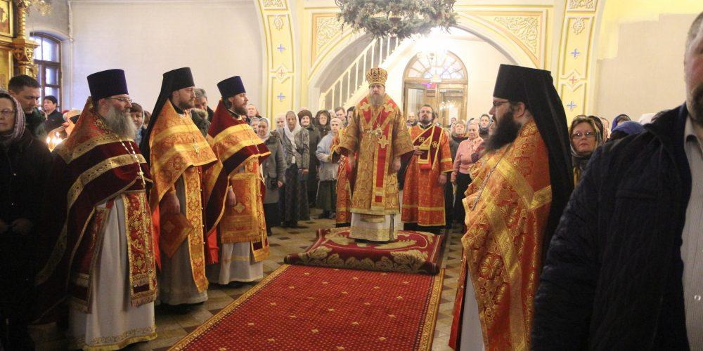 Божественная литургия в храме Воздвижения Креста Господня в Алтуфьеве